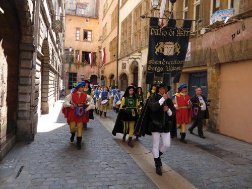 L'entrée des italiens rue Juiverie sous la Renaissance (Reconstitution historique par les Pennons de Lyon) ©Philippe Carry