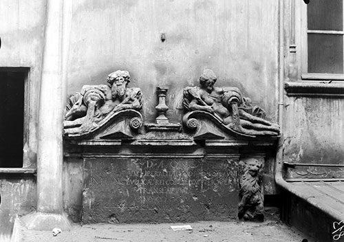 Les allégories du Rhône et de la Saône dans la cour de l'Hôtel de la Couronne Cliché E. Poix, photographie sur plaque de verre (vers 1910) (AML 8 PH 150)